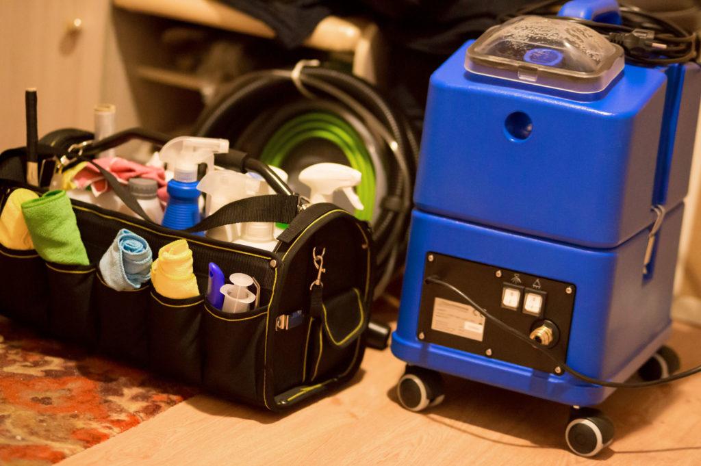 kit d'outils pour le nettoyage à sec. aspirateur de lavage professionnel, sac avec des substances liquides et en poudre, chiffons.